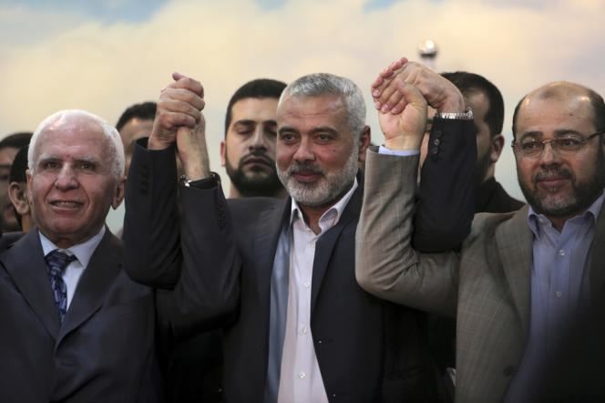 Azzam Al-Ahmad, représentant du Fatah, Ismaël Haniyeh, premier ministre de la bande de Gaza, et Moussa Abou Marzouk, numéro 2 du Hamas, annoncent à Gaza, le 23 avril, leur réconciliation politique.