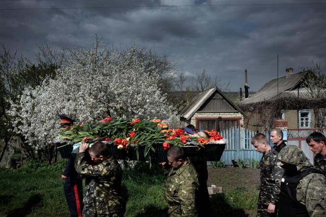 Funérailles d'un des trois miliciens prorusses tués dans la nuit du 19 au 20 avril 2014 aux abords de la ville de Sloviansk (est de l'Ukraine).