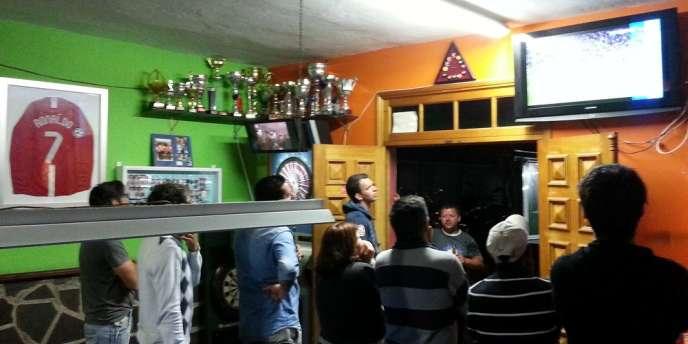 Dans la quartier populaire de Santo Antonio, à Funchal, les habitants sont fiers de leur double Ballon d'or mais se méfient de la presse.