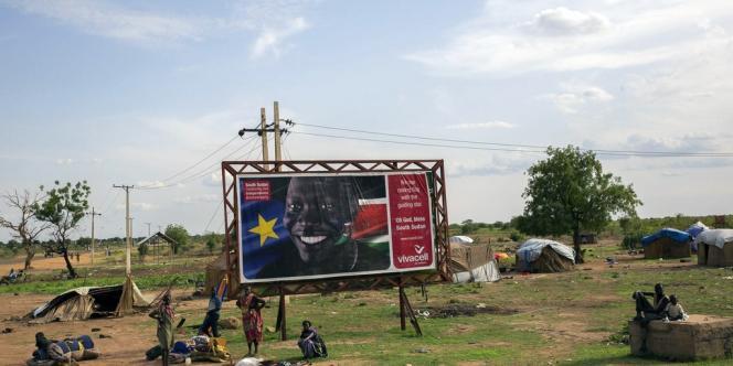 Un panneau célèbre le deuxième anniversaire de l'indépendance du Soudan du Sud, alors que les civils s'apprêtent à fuir Bentiu, le 20avril.