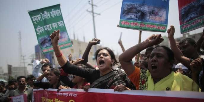 Les familles des victimes de l'effondrement du Rana Plaza ont manifesté le 24 avril 2014 à Savar, au Bangladesh.