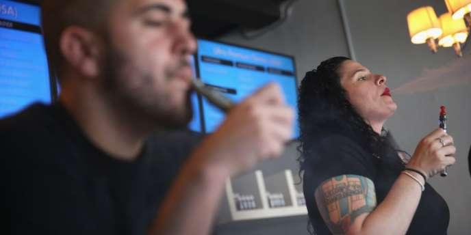 Une agence gouvernementale a proposé d'interdire la vente d'e-cigarettes aux mineurs et l'obligation pour les fabricants de démontrer qu'elles sont moins risquées que le tabac.