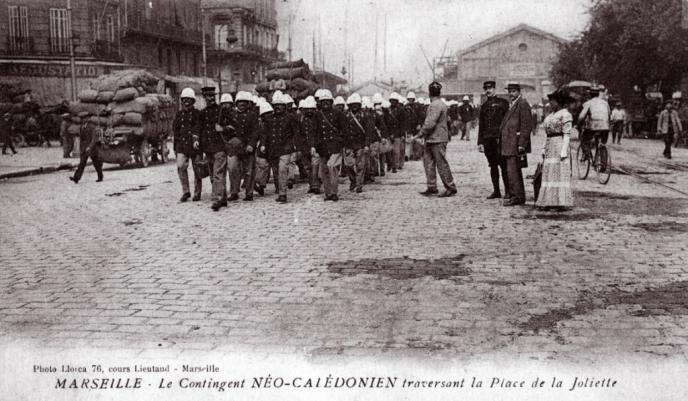 Le contingent néo-calédonien traversant la place de la Joliette, à Marseille, le 26 juin 1915.
