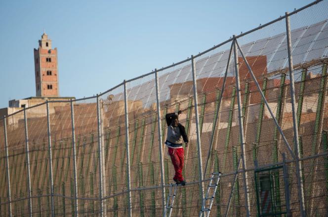 A Mellila, le 24 avril. Une centaine de migrants se sont rués sur la barrière qui sépare le Maroc de l'enclave espagnole de Melilla. Pendant l'assaut, quelques uns ont pu passer côté espagnol, d'autres se sont retrouvés coincés, plusieurs heures durant, sur la barrière.