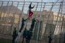 A Melilla, le 24 avril, un migrant est bloqué par la Guardia Civil.
