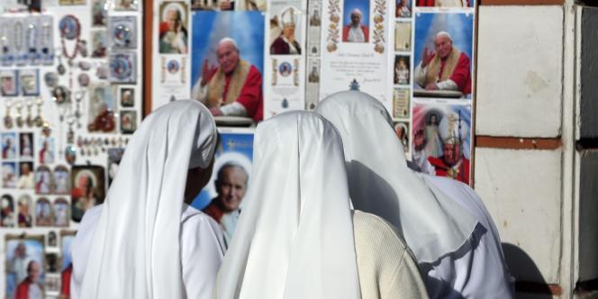 Des religieuses devant des images de Jean-Paul II, jeudi 24 avril.