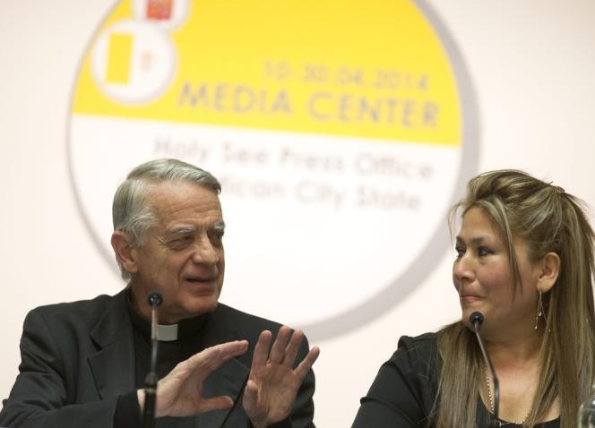 Federico Lombardi en compagnie de Floribeth Mora, la