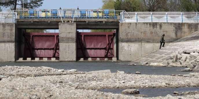 Selon des médias ukrainiens, les autorités de Kiev auraient coupé les vannes du canal Nord-Crimée, qui assure jusqu'à 85 % des besoins en eau de la péninsule.