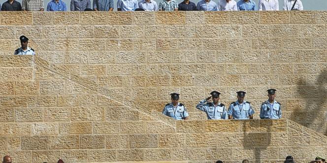 Deux minutes de silence sont observées chaque année, en Israël, pour rendre hommage aux victimes des crimes nazis. -