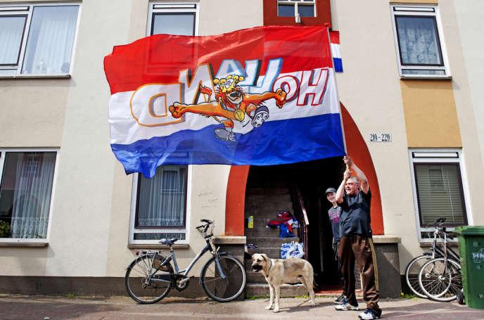 Un habitant du quartier de Duindorp à La Haye arborant, le 22 avril, un drapeau aux couleurs des Pays Bas devant son domicile.