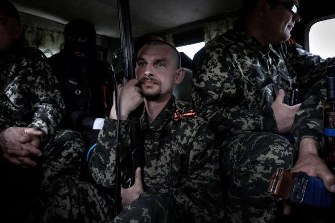 Au cœur du Donbass, à l'est de l'Ukraine, des groupes armés se sont formés dans les deux camps. Pro-ukrainiens en uniforme noir et séparatistes prorusses en tenue camouflée s'entraînent en vue d'une confrontation que tous jugent inévitable.