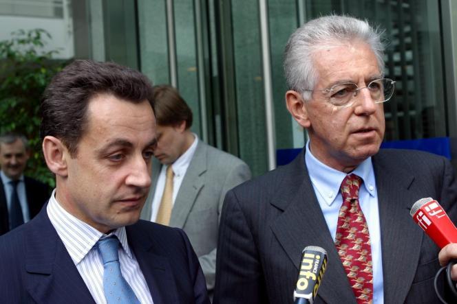 Le ministre de l'économie Nicolas Sarkozy et le commissaire européen à la concurrence Mario Monti à Bruxelles, le 17 mai 2004.