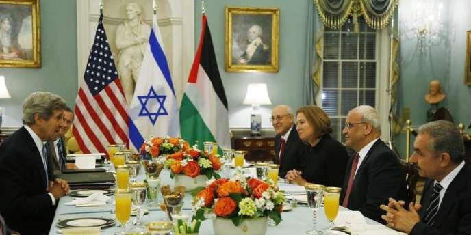 John Kerry avec Tzipi Livni, la négociatrice israélienne et Saeb Erekat, le négociateur palestinien, le 29 juillet 2013.