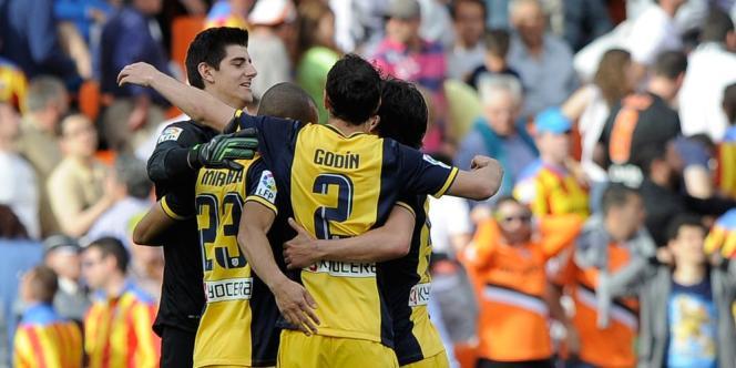 En battant Valence (1-0), les Madrilènes ont fait un grand pas vers le titre de champion d'Espagne tandis que le FC Barcelone a battu Villarreal dans un match riche en émotions (3-2).