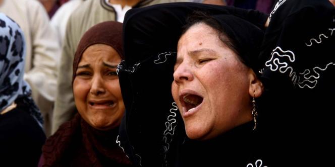Femmes en pleurs devant le tribunal de Minya, où 683 partisans du président islamiste déchu Mohamed Morsi viennent d'être condamnés à mort lundi.