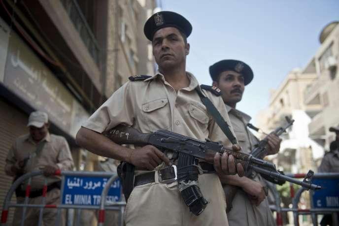 Forces de sécurité égyptiennes aux abords du tribunal de Minyeh, lundi 28 avril.