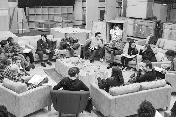 Le réalisateur et producteur J. J. Abrams (au centre) dirige une lecture du scénario de