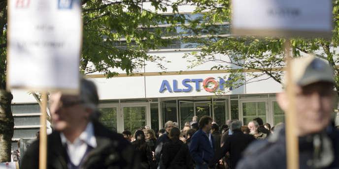 Manifestation de salariés d'Alstom devant le siège de l'entreprise à Saint-Ouen, le 29 avril.