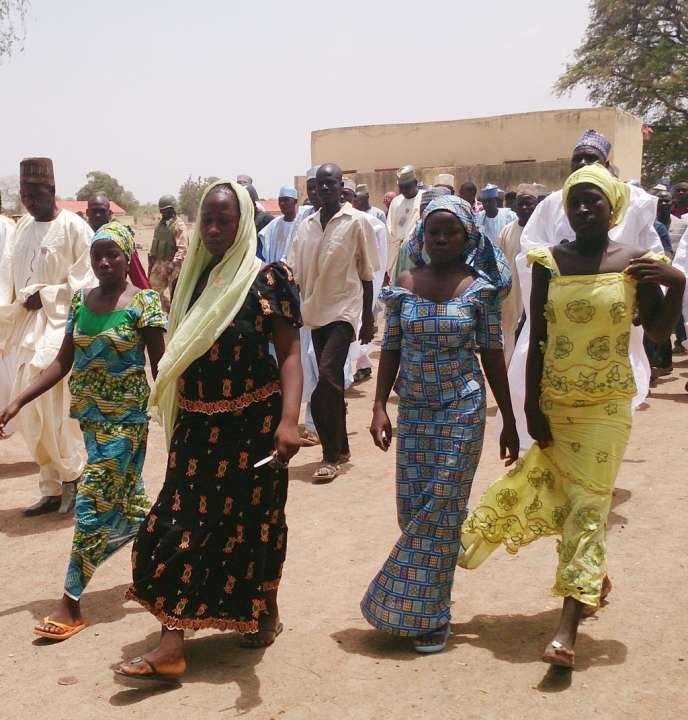 A Chibok, quatre des 53 lycéennes qui sont parvenues à échapper à leurs ravisseurs de la secte Boko Haram, à la mi-avril 2014