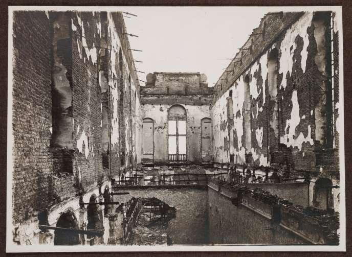 La bibliothèque universitaire de Louvain après l'incendie de 1914. Extrait d el'album
