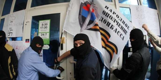 Des séparatistes prorusses attaquent une agence de la banque ukrainienne PrivatBank à Donetsk, dans l'est de l'Ukraine, le 28avril.