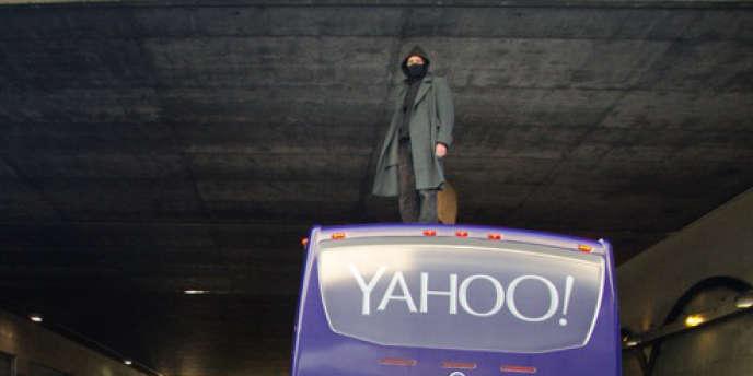 Un membre de The Counterforce sur un bus Yahoo! à Oakland, le 2 avril.