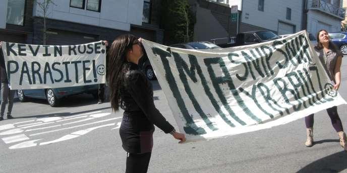 Des membres de The Counterforce manifestent à San Francisco, devant la maison de Kevin Rose, le 6 avril.
