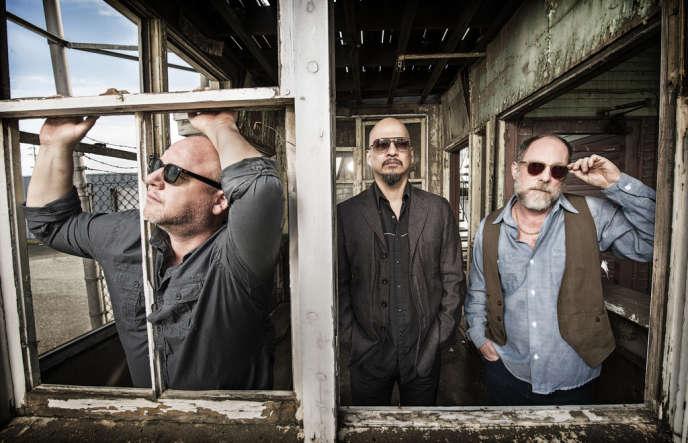 Les Pixies (de gauche à droite : Frank Black, Joey Santiago, David Lovering), à San Francisco, le 22 février 2014.