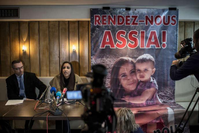 Lyon, le 22 mars 2014. Mériam Rhaiem et son avocat, Me Gabriel Versini-Bullara donnent une conférence de presse pour que l'Etat français reconnaisse le statut d'otage pour Assia, sa fille de 2 ans, enlevée par son père mi-octobre 2013.