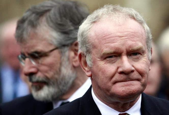 Martin McGuinness (à droite) et Gerry Adams, lors des funérailles d'Alec Reid, prêtre catholique ayant servi d'intermédiaire dans le processus de paix, le 27 novembre 2013.