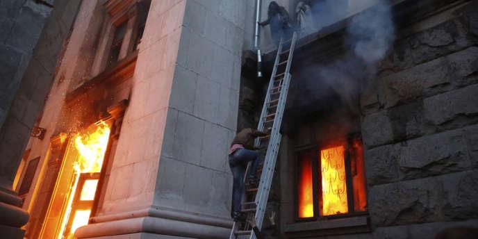 Des personnes fuient la Maison des syndicats d'Odessa en flammes, le 2 mai.