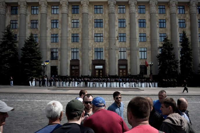 Devant le siège de l'administration régionale de Kharkiv, jeudi 1er mai.
