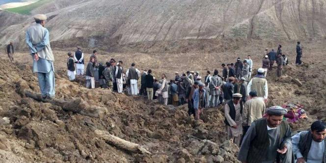 Des Afghans participent aux recherches après le glissement de terrain meurtrier, le 2 mai.