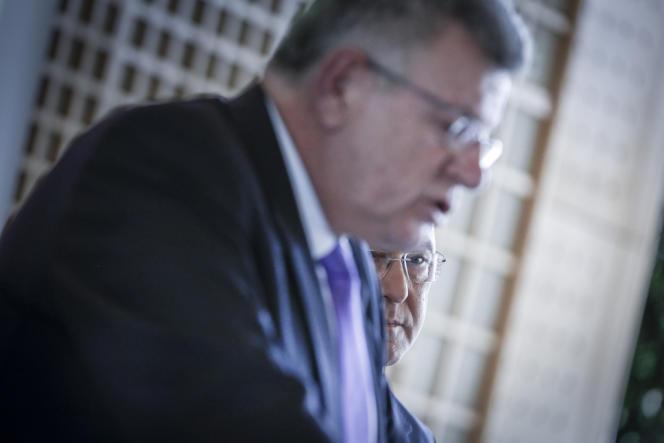 Le secrétaire d'Etat au budget, Christian Eckert, et le ministre des finances, Michel Sapin (à l'arrière-plan), à Bercy, le 23 avril.