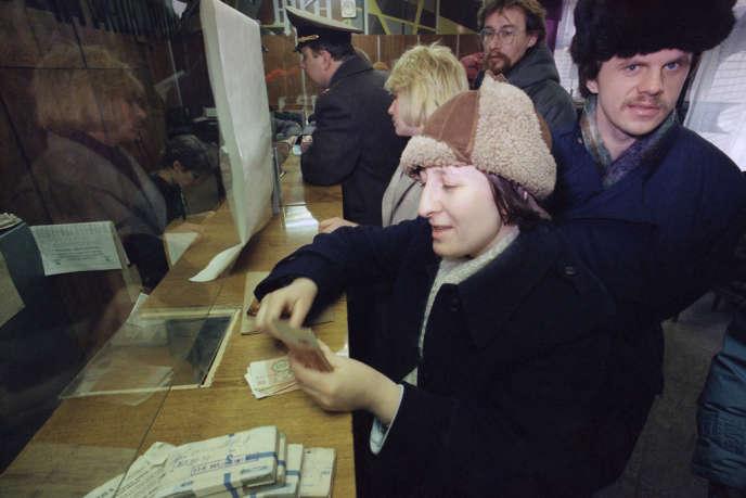 Au guichet d'une banque à Moscou le 24 janvier 1991.