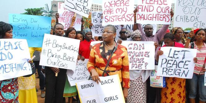 L'ancienne ministre de l'éducation nigériane Obiageli Ezekwesilieze (au centre), conduit une marche pour demander plus d'efforts pour retrouver les dizaines de lycéennes enlevées le 14 avril.
