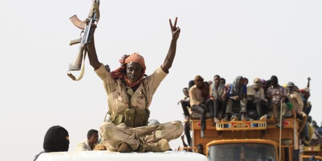 Le convoi ramenant des centaines de migrants abandonnés par leurs passeurs dans le désert à son arrivée à Dongola.