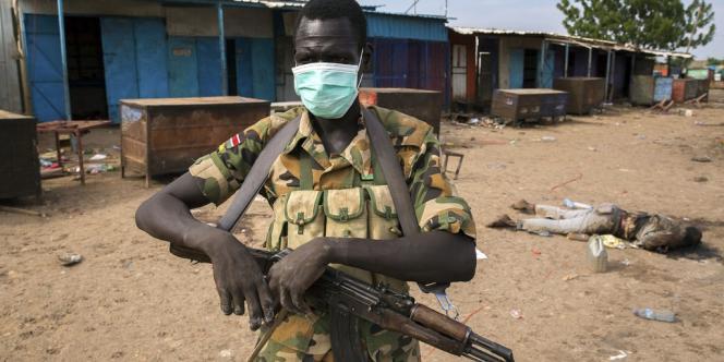 Un rebelle pro-Riek Machar dans les rues de Bentiu, le 20 avril,  après le massacre de centaines de civils.