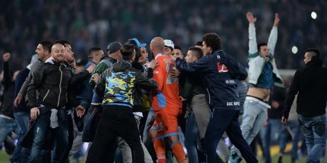 Au coup de sifflet final, des tifosi napolitains ont envahi la pelouse, contraignant leurs propres joueurs à filer au vestiaire.