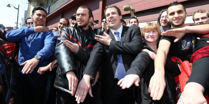 De nombreux manifestants ont fait la quenelle de Dieudonné, dont le député Laurent Louis (au centre), leader du mouvement d'extrême droite Debout les Belges.
