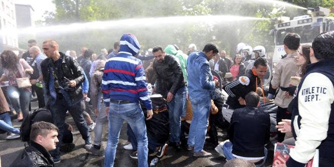Les forces de l'ordre ont décidé, en milieu d'après-midi dimanche, de libérer la rue à coups de canons à eau.