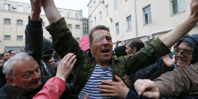Les policiers barricadés à l'intérieur de l'immeuble ont commencé à relâcher un par un les suspects arrêtés vendredi, qui ont été salués par la foule comme des « héros ».