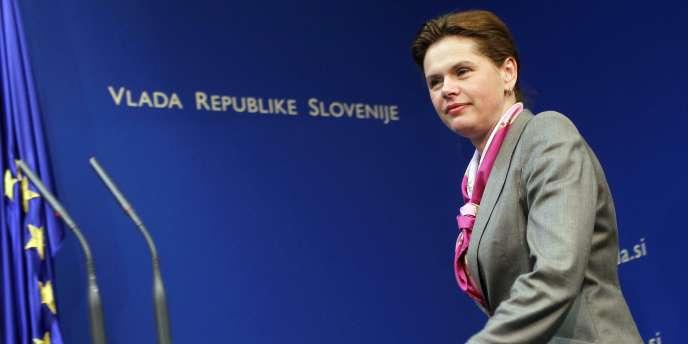 Alenka Bratusek est arrivée au pouvoir en mars 2013. Elle avait lancé un vaste programme d'austérité et un plan de privatisation des entreprises publiques pour réduire le déficit public et sortir le pays de la récession dans laquelle il était entré en 2011.