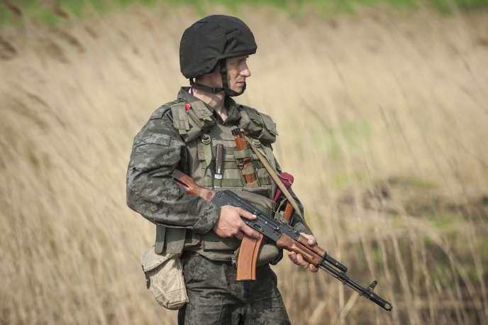 Un militaire ukrainien à proximité de Sloviansk, le 4 mai 2014.