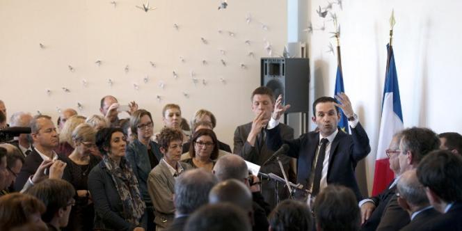 Le ministre de l'éducation nationale Benoît Hamon, devant l'Ecole supérieure du professorat et de l'éducation le 17 avril.