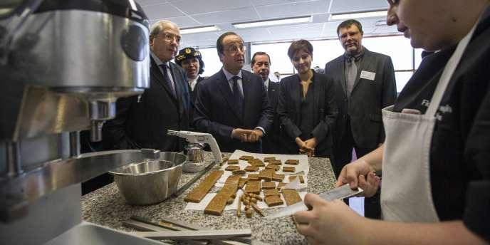 François Hollande lors de la visite du centre d'apprentissage de Villiers-le-Bel, mardi 6 mai.