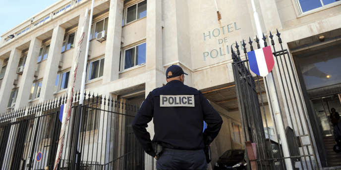 Devant l'Hôtel de police de Marseille, en 2010.