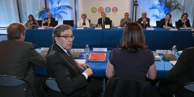 Le PDG de TF1, Nonce Paolini, a expliqué au CSA qu'il fermerait LCI si la chaîne ne passe pas en gratuit.