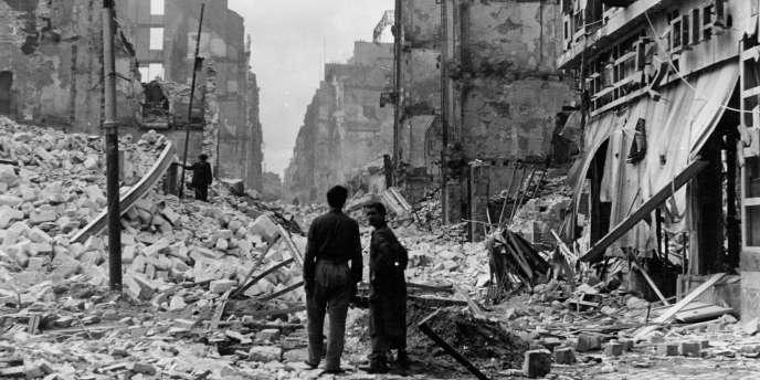 A partir de 1942, les Américains bombardent de jour et les Britanniques de nuit. La propagande de Vichy s'en donne à cœur joie.