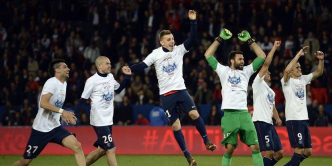 Des joueurs du PSG exultent après que le club parisien a décroché le quatrième titre de champion de France de son histoire en dépit de sa défaite (1-2) face à Rennes, le 7 mai, et grâce au match nul (1-1) de Monaco contre Guingamp.